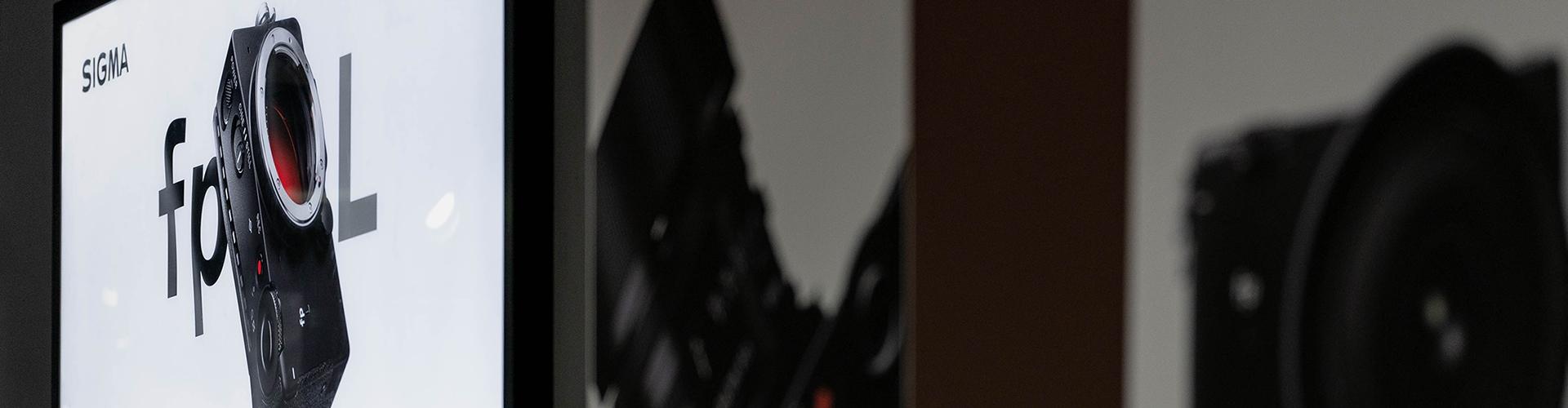 fp L 런칭행사 현수막과 전광판