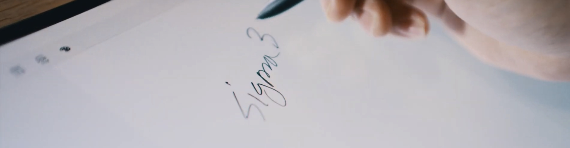 태블릿에 글씨 쓰는 중